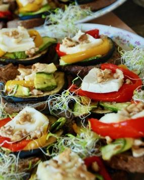 Crostini con verdure grigliate, formaggio di capra, olive e noci